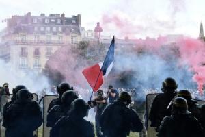Париж готовий переписати законопроєкт про фото з поліціянтами, який викликав протести