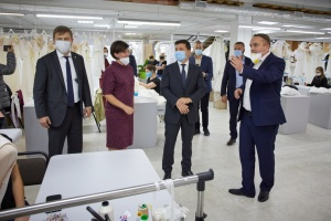 Зеленському показали підприємство на Рівненщині, яке експортує весільні сукні у 20 країн