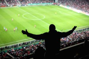 УЄФА дозволила частково повернути вболівальників на стадіони