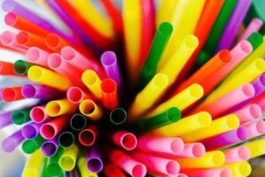 В Англії заборонили використання пластикових соломинок для пиття