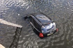 В Харькове внедорожник упал в реку: водитель пыталась объехать кошку