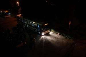 Біля Запорізької ТВК утворилися черги, члени виборчкомів чекають в автобусах