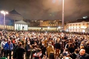 Файєри проти водометів: в Італії вирують антикарантинні протести