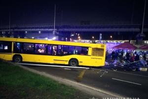 В Киеве на Выдубичах автобус снес палатку с продуктами, есть жертвы