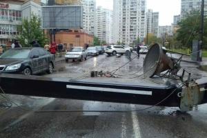 У Києві на дорогу впав будівельний кран