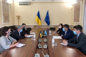 El ministro Tkachenko y el Embajador de Kazajistán tratan la cooperación en el ámbito de la cultura y el turismo