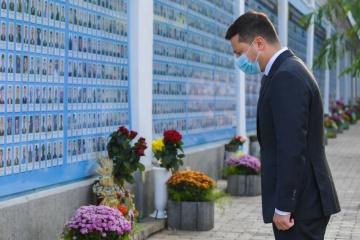 Präsident Selenskyj ehrt Andenken der Soldaten, die für Unabhängigkeit der Ukraine fielen