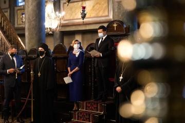 Zelensky prays for Ukraine in Istanbul
