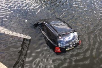 У Харкові позашляховик упав у річку: водійка намагалася оминути кішку
