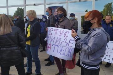 У Миколаєві пікетують концерт-хол, де Медведчук має зустрітись з виборцями