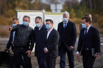 """Präsident Selenskyj besucht Baustelle auf """"Warschau-Straße"""""""