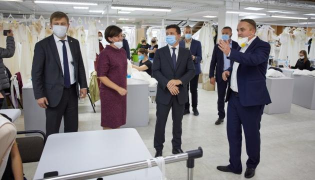 Зеленскому показали предприятие на Ривненщине, экспортирующее свадебные платья в 20 стран