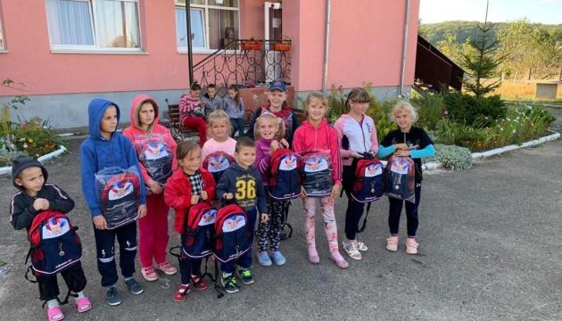 Учні Івано-Франківщини отримали шкільні рюкзаки з Латвії