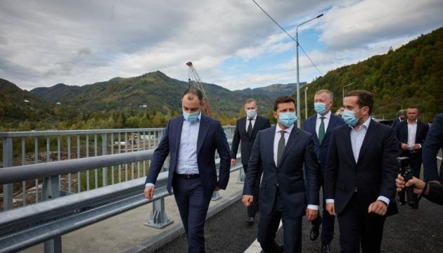 Зеленський пообіцяв, що зруйнований повінню міст через Прут добудують у грудні