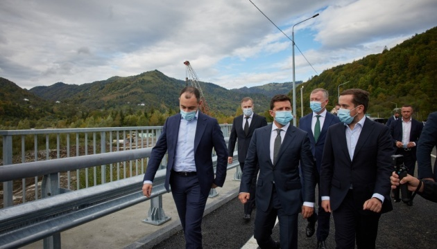 Zelensky inspects newly-built bridges in Chernivtsi region
