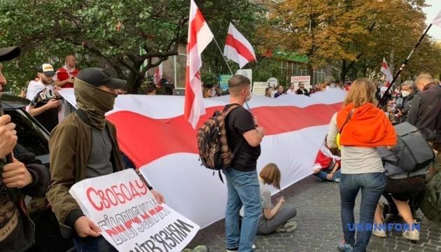 У Києві на акції закликають посла Білорусі піти з посади