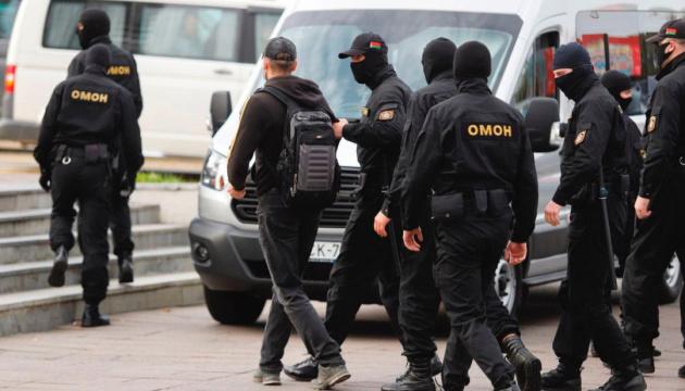 У Білорусі в неділю затримали 245 осіб, серед них — більше десяти журналістів