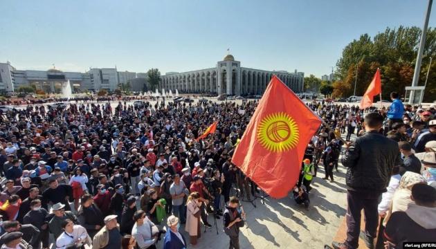 У Киргизстані гранатами та водометами розганяють незадоволених парламентськими виборами