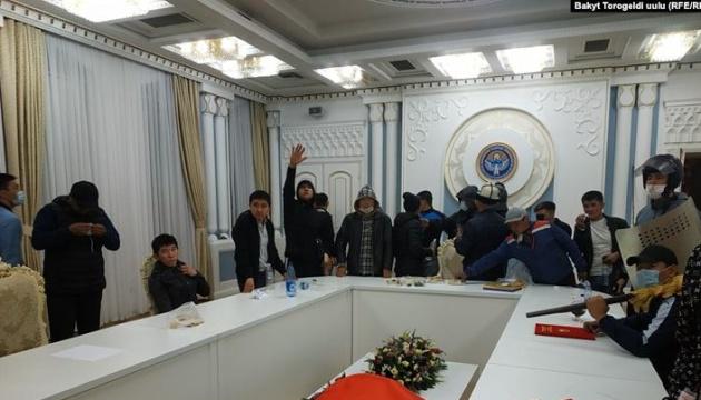 Демонстранти у Киргизстані зайняли «Білий дім»