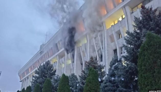 У столиці Киргизстану спалахнув «Білий дім»