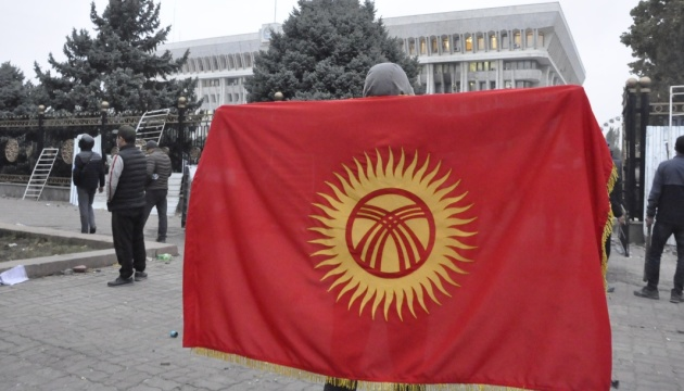 Про місцезнаходження президента і прем'єра Киргизстану нічого невідомо - Радбез