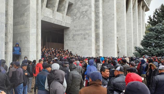 На антиурядовий мітинг у Бішкеку зібралися понад тисяча осіб