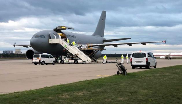 Літак із пораненими українськими бійцями приземлився у Берліні