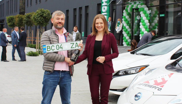 В Украине начали выдавать зеленые номерные знаки на электрокары