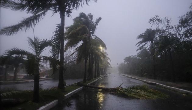 Через ураган «Дельта» з курорту в Мексиці евакуювали понад 40 тисяч туристів