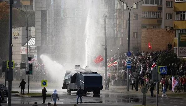 У Білорусі затримали підозрюваних у пошкодженні водомета, яким «змивали» протестуючих