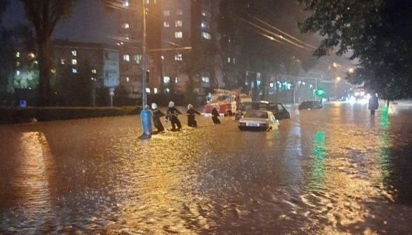 В Тернополе ливень создал транспортный коллапс