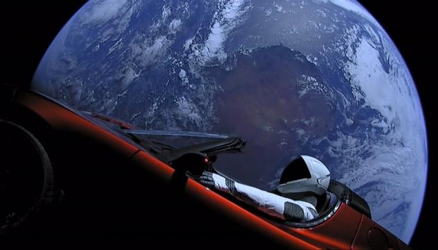Спорткар Маска Tesla Roadster розвернувся у бік Марса