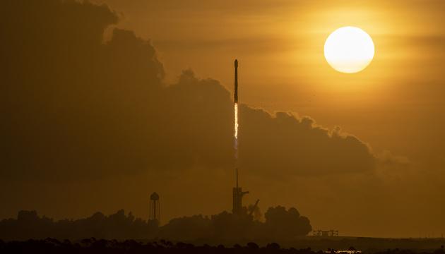 Політ ракети Falcon на тлі Сонця зафіксували на відео