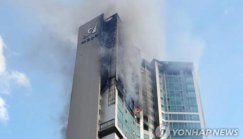 У Південній Кореї внаслідок пожежі у висотці госпіталізували 88 осіб