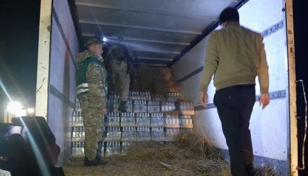 На Львовщине пограничники нашли 6000 бутылок водки в тюках сена