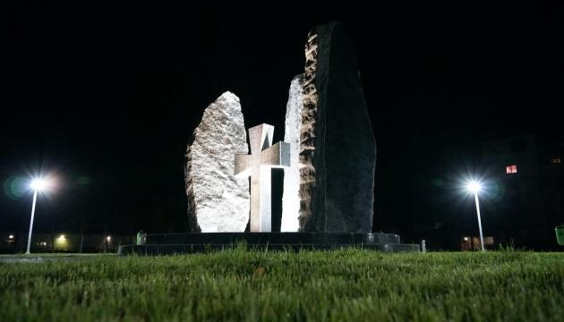 У Мукачеві встановили пам'ятник воїнам-захисникам, який відкриють 14 жовтня