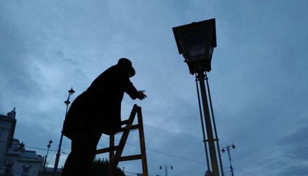 У Чернівцях відновили столітню традицію запалювання ліхтарів