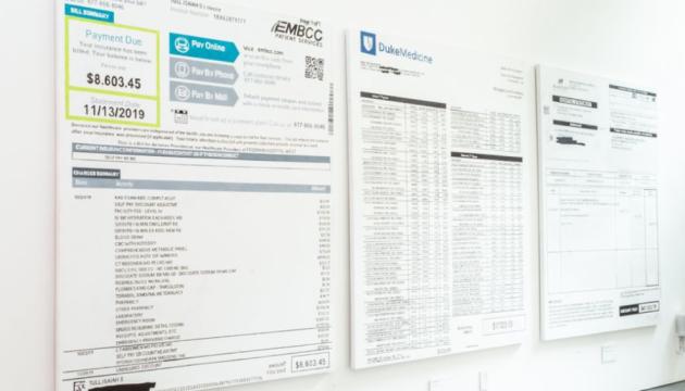 В США медицинские счета стали артобъекты на благотворительной акции