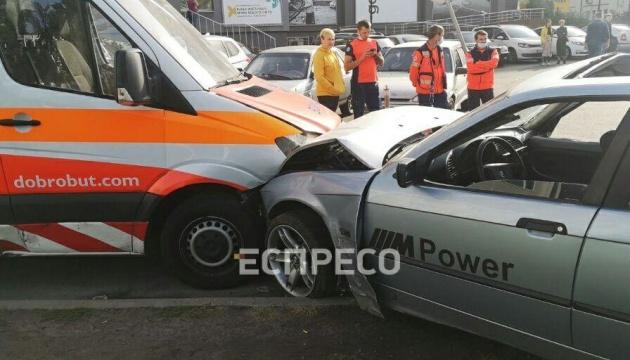 У Києві Suzuki не пропустив BMW: постраждала «швидка», одне авто загорілося