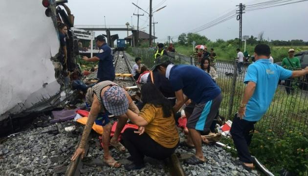 В Таиланде туристический автобус столкнулся с поездом: 17 погибших
