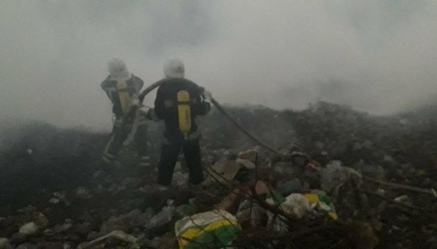 У Знам'янці другий день гасять пожежу на сміттєзвалищі