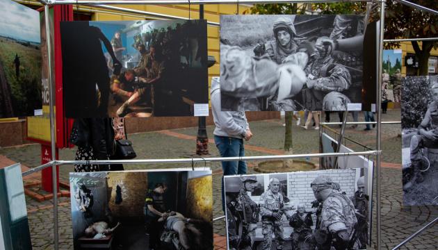 У центрі Мукачева розгорнули фотовиставку про Іловайськ