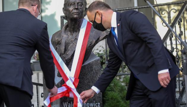 Дуда открыл памятник легенде «Солидарности» у посольства Польши в Киеве