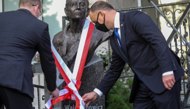 Duda unveils monument to Solidarity legend near Polish Embassy in Kyiv