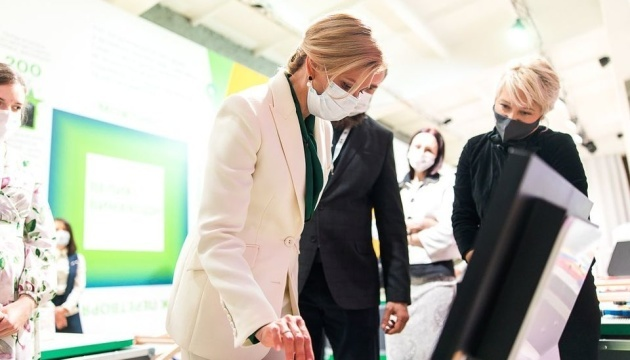 Primeras damas de Ucrania y Polonia visitan el Museo de la Ciencia en Kyiv
