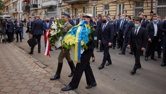 Zelensky y Duda honran la memoria de Lech Kaczyński en Odesa