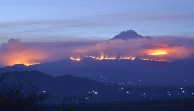 На Килиманджаро уже пятые сутки горит лес