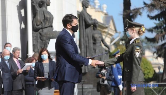 Разумков вручил сертификаты на парламентские стипендии 54 курсантам-отличникам