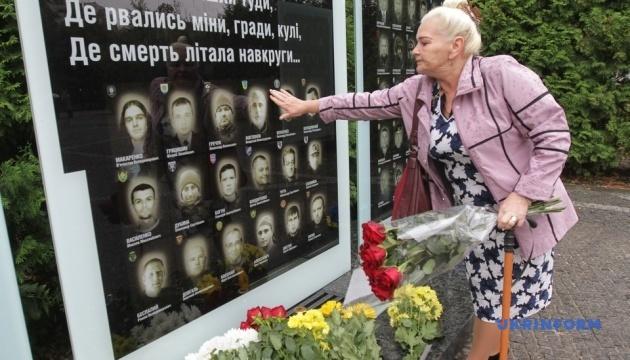 В Днипре ко Дню защитника установили стелу с именами погибших на Донбассе бойцов