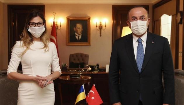 Emine Dzheppar accueillie par Mevlüt Çavuşoğlu, ministre des Affaires étrangères de la Turquie